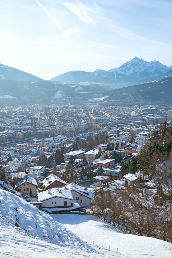 Vue panoramique d'Innsbruck, Autriche. Maisons couvertes de neige et de montagnes des Alpes photos stock