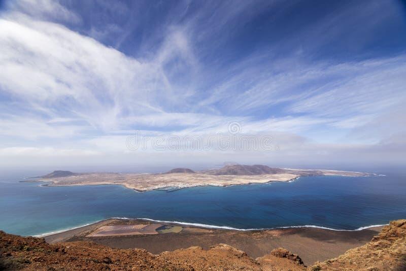 Vue panoramique d'?le de Graciosa de del Rio de Mirador Lanzarote Les ?les Canaries photographie stock libre de droits