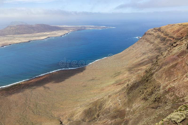 Vue panoramique d'?le de Graciosa de del Rio de Mirador Lanzarote Les ?les Canaries image stock