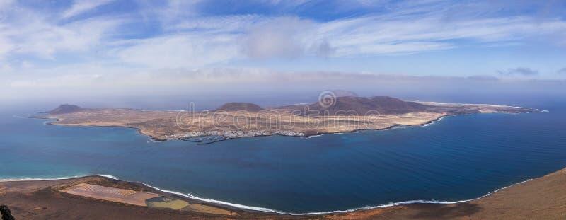Vue panoramique d'?le de Graciosa de del Rio de Mirador Lanzarote Les ?les Canaries photo stock