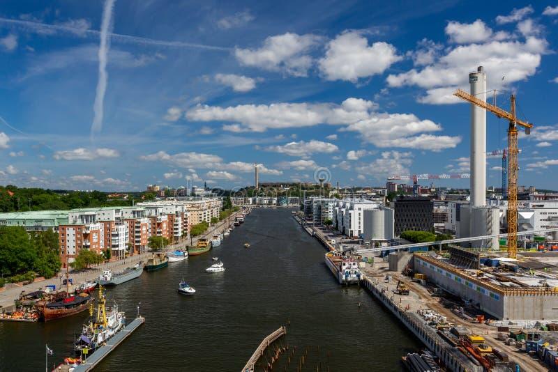 Vue panoramique d'un canal large de l'eau avec les b?timents r?sidentiels environnants et de chantier de construction contre le c photos stock
