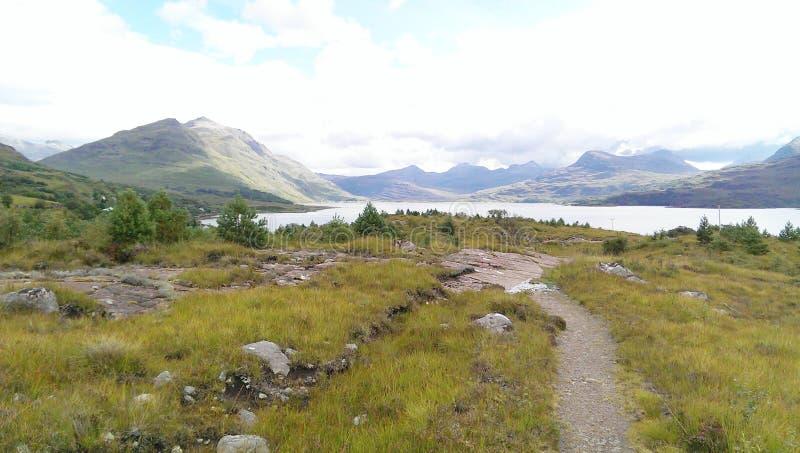 Vue panoramique d'un loch et des collines photographie stock