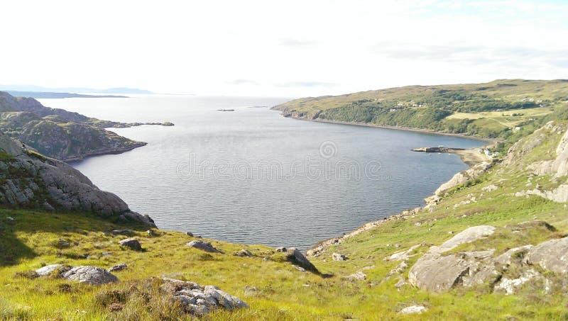Vue panoramique d'un loch et des collines photos libres de droits