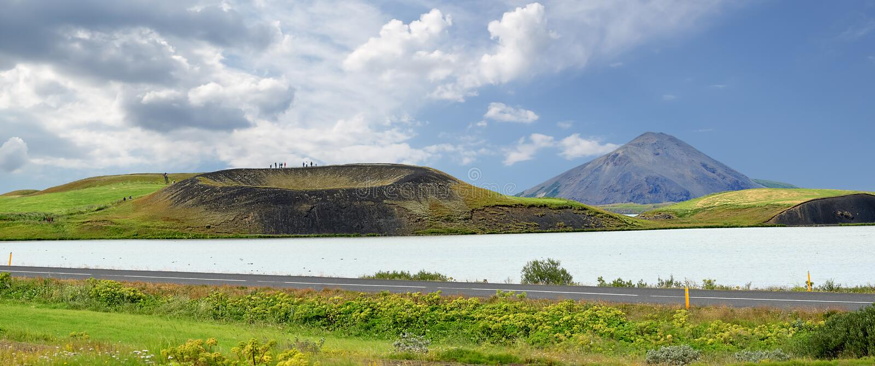 Vue panoramique d'un petit volcan, lac Myvatn - Islande photo stock