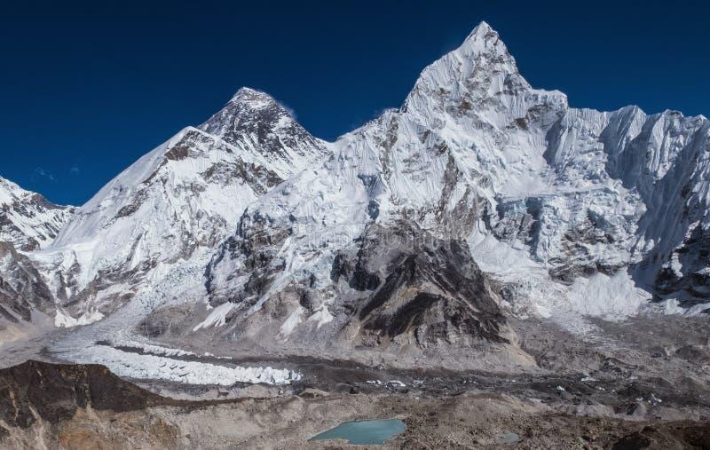 Vue panoramique d'une journée sur les montagnes : Mont Everest 8848m, Nuptse 7861m, chemin du camp de base de l'Everest et glacie images stock