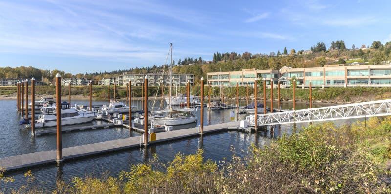 Vue panoramique d'une marina et des bâtiments résidentiels Vancouver WA photos stock