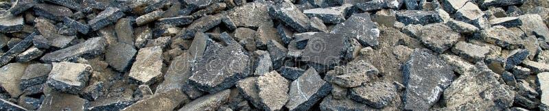 Vue panoramique d'une réserve avec les piles d'asphalte, qui sont préparées sur le tas pour le retrait à la disposition ordonnée photo stock