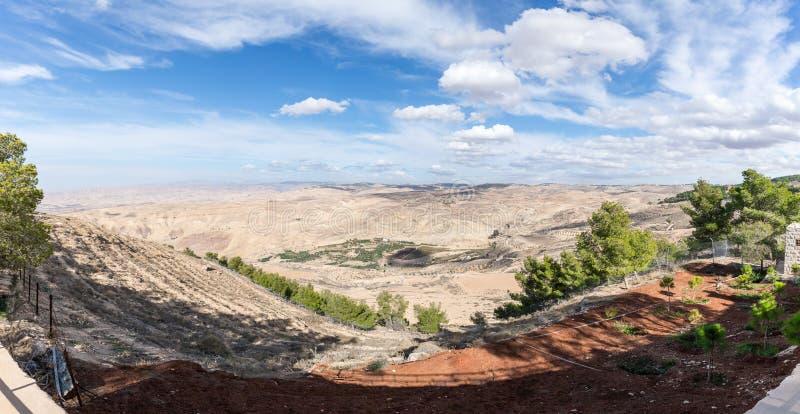 Vue panoramique de bâti Nebo sur le paysage jordanien près de la ville de Madaba en Jordanie images libres de droits