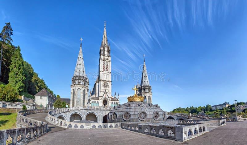 Vue panoramique de basilique de chapelet à Lourdes images libres de droits