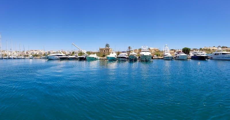 Vue panoramique de beaucoup de yachtes dans le port grand à La Valette, Malte photos libres de droits