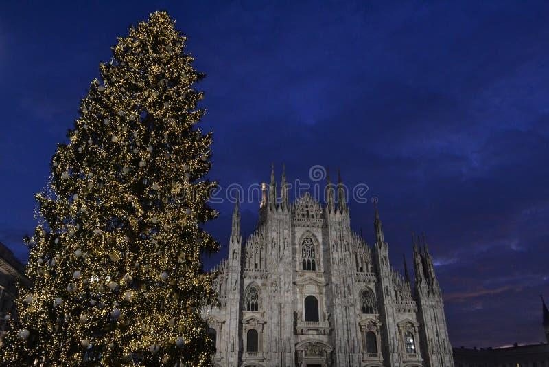 Vue panoramique de bel hiver au Duomo de l'arbre de Milan et de Noël en quelques heures de début de la matinée photos stock