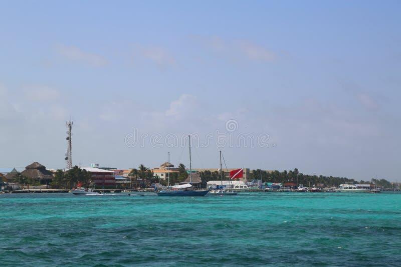 Vue panoramique de bord de mer de San Pedro à l'ambre gris Caye à Belize image libre de droits