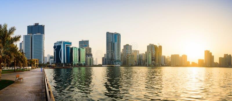 Vue panoramique de bord de mer du Charjah aux EAU au coucher du soleil photographie stock libre de droits
