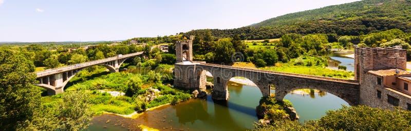 Vue panoramique de bridgee dans Besalu image libre de droits