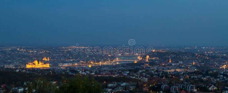 Vue panoramique de Budapest pendant l'heure bleue photos stock
