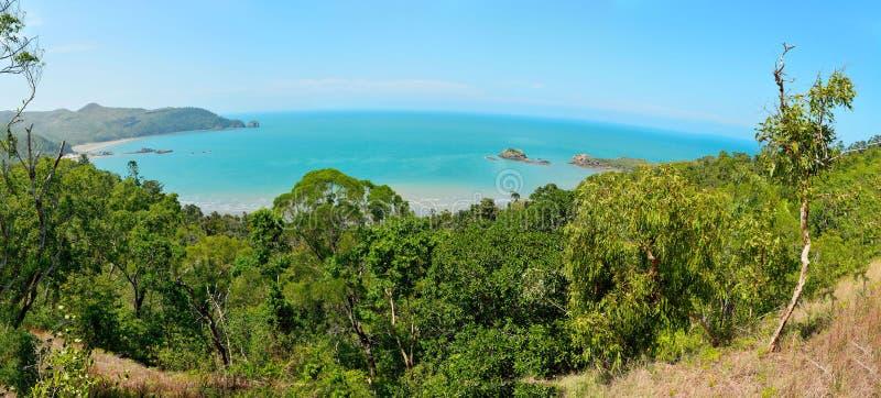 Vue panoramique de cap Hillsborough avec l'île et le récif i de cale image stock