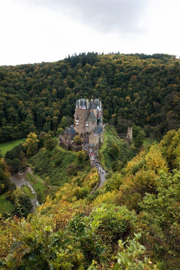 Vue panoramique de château d'Eltz de Burg en automne photographie stock libre de droits