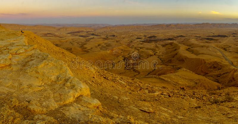Vue panoramique de coucher du soleil de HaMakhtesh HaGadol le grand cratère photo stock