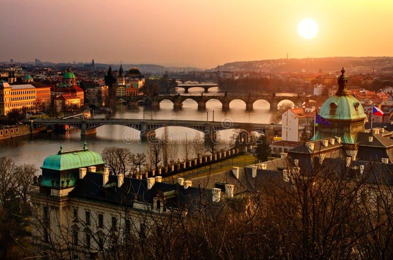 Vue panoramique de coucher du soleil sur quatre passerelles de Prague images libres de droits
