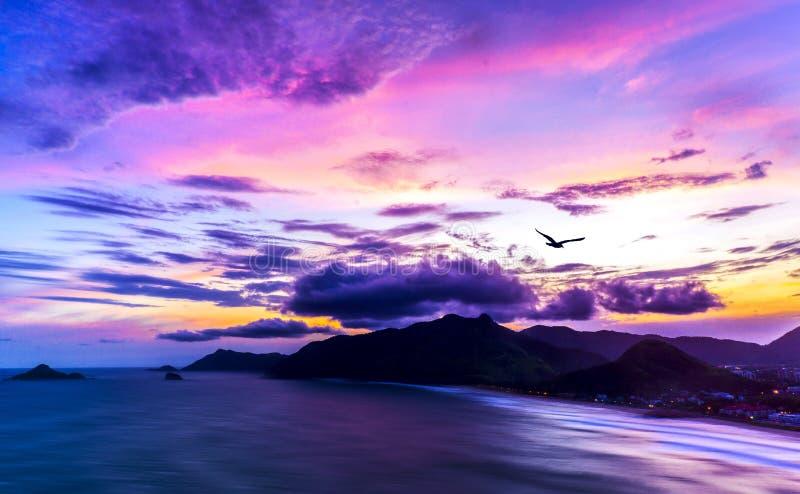 Vue panoramique de coucher du soleil tropical exotique d'îles et de montagne d'océan avec les vagues lentes et le ciel coloré pou photos stock