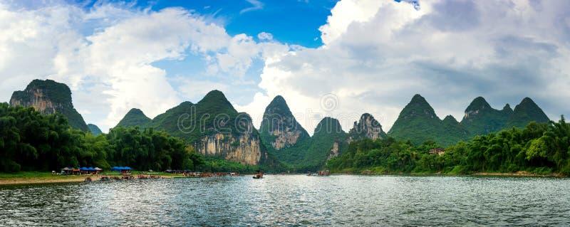 Vue panoramique de croisière scénique de rivière de Li en Chine images libres de droits