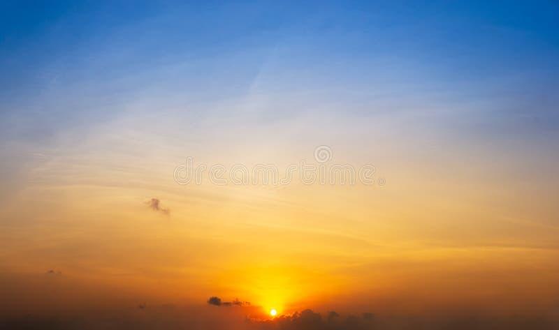 Vue panoramique de fond de nature de ciel d'or et bleu de lever de soleil photos libres de droits