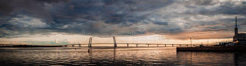 Vue panoramique de Golfe de la Finlande et de la route pendant le coucher du soleil photographie stock