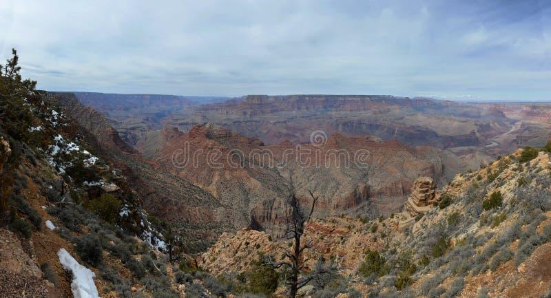 Vue panoramique de Grand Canyon avec des falaises avec la neige sur le premier plan photographie stock libre de droits
