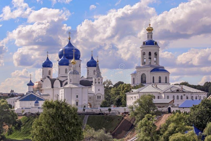 Vue panoramique de l'église orthodoxe russe de Bogolyubovo près de Vladimir sous le ciel bleu nuageux photos stock