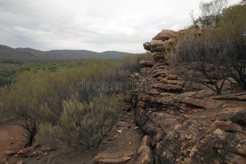 Vue panoramique de l'affleurement rocheux de livre dans le premier plan images libres de droits