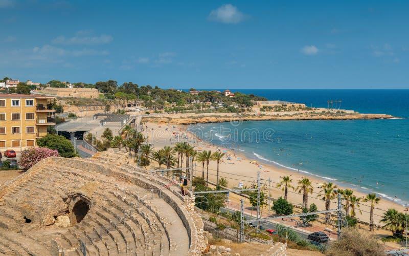 Vue panoramique de l'amphithéâtre romain antique de Tarragone, Espagne, à côté de la mer Méditerranée - monde de l'UNESCO images libres de droits