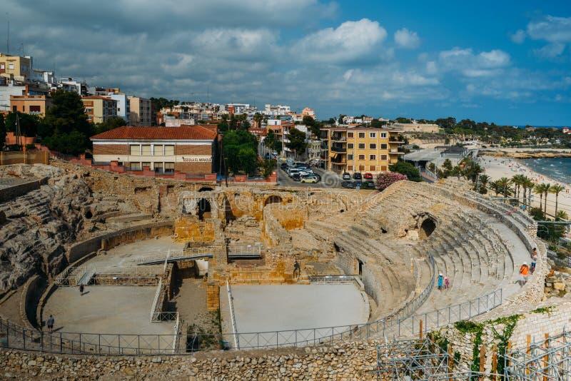 Vue panoramique de l'amphithéâtre romain antique de Tarragone, Espagne, à côté de la mer Méditerranée - monde de l'UNESCO photo stock