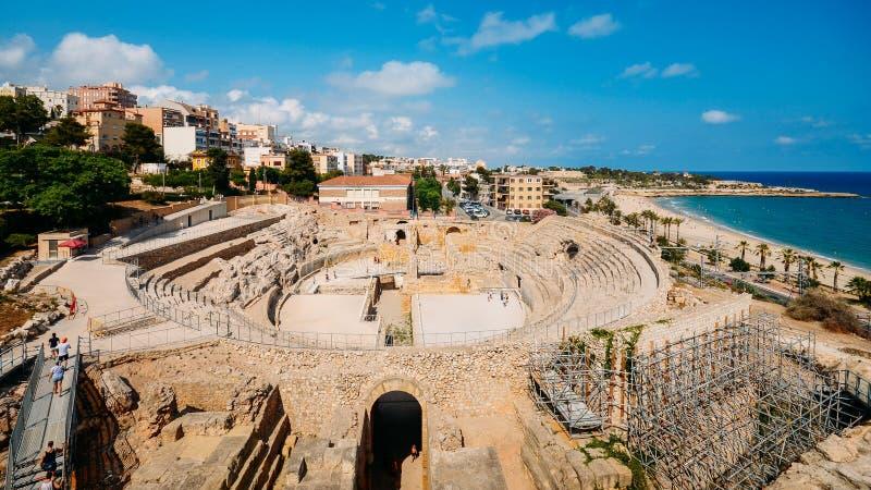 Vue panoramique de l'amphithéâtre romain antique de Tarragone, Espagne, à côté de la mer Méditerranée - monde de l'UNESCO image stock