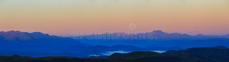 Vue panoramique de l'aube dans la partie montagneuse du rocheux image stock
