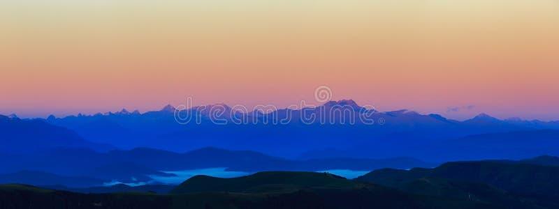 Vue panoramique de l'aube dans la partie montagneuse du rocheux photographie stock