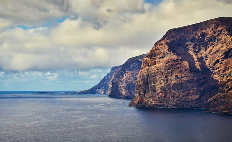 Vue panoramique de la belle visibilit? directe rocheuse Gigantes de c?te sur T?n?rife, plage de visibilit? directe Gigantes image stock
