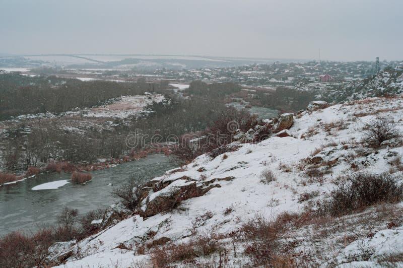 Vue panoramique de la côte à la ville la journée d'hiver image libre de droits