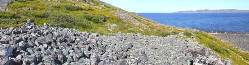 Vue panoramique de la côte de la mer de Barents près de Teriberka Côte arctique pierreuse en été images stock