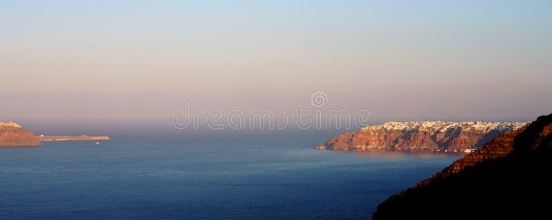 Vue panoramique de la caldeira avec le village d'Oia, dans Santorini images libres de droits