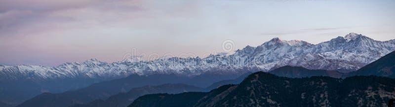 Vue panoramique de la chaîne de montagne de l'Himalaya photographie stock