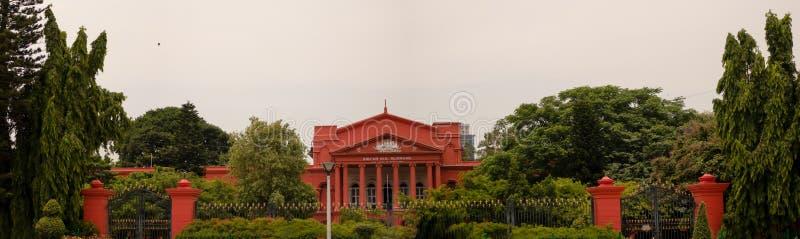 Vue panoramique de la Cour Suprême de Karnataka couverte d'arbres verts photo stock