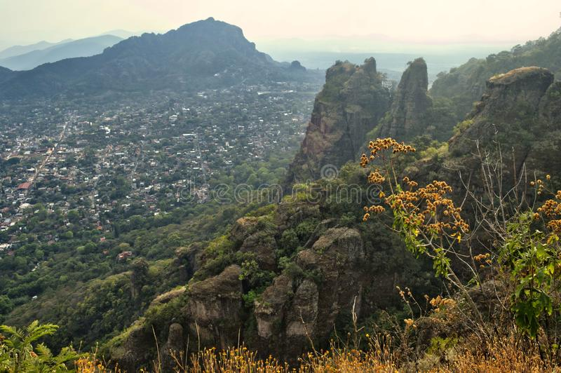 Vue panoramique de la montagne de Tepozteco, Tepoztlán, Morelos, Mexique Tepoztlan, ville magique Beau Mountain View photos stock