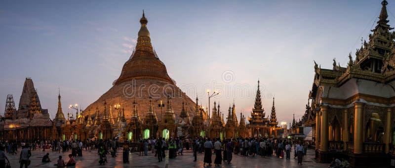 Vue panoramique de la pagoda de Shwedagon après crépuscule, Yangon, Myanmar photos libres de droits