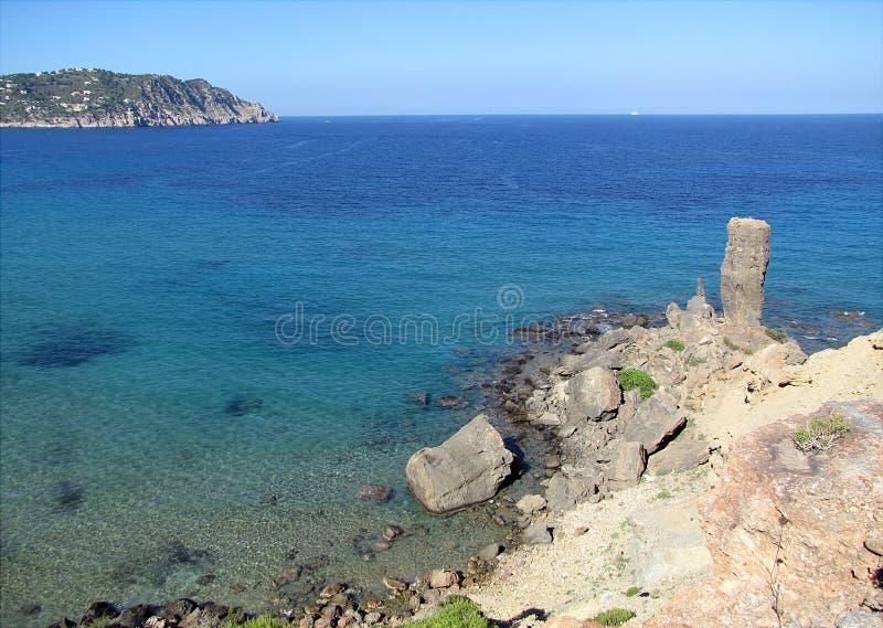 Vue panoramique de la tour de pierre imposante sur la mer photographie stock