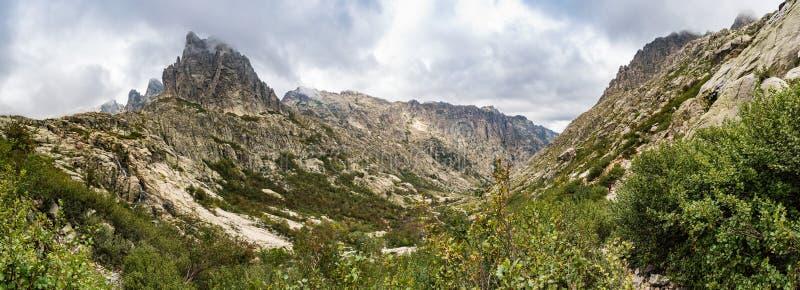 Vue panoramique de la vallée de Restonica devant Lombarduccio, une haute montagne de 2261m en Corse image libre de droits