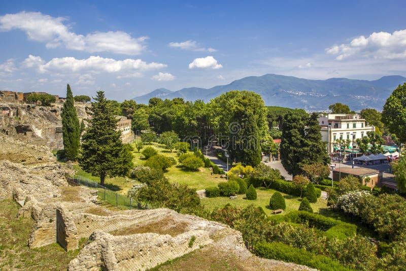 Vue panoramique de la ville antique de Pompeii avec des jardins et des rues Pompeii est une ville romaine antique est mort de l'é photos libres de droits