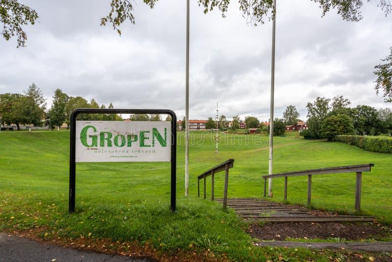 Vue panoramique de la ville d'automne sur la grande fosse herbeuse Gropen en Dalarna Suède image libre de droits