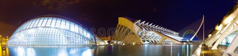 Vue panoramique de la ville des arts et des sciences dans la nuit photos libres de droits