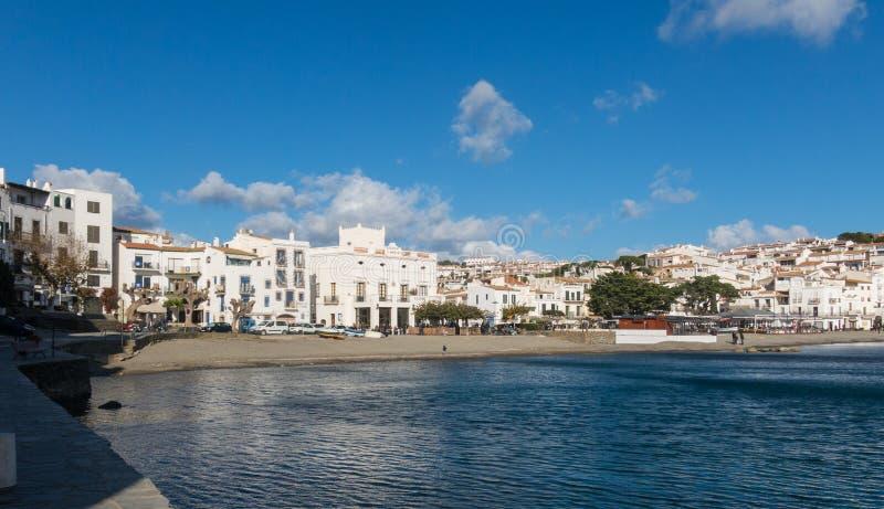 Vue panoramique de la ville espagnole de Cadaques, le petit village célèbre de Costa Brava, Catalogne - Espagne image stock