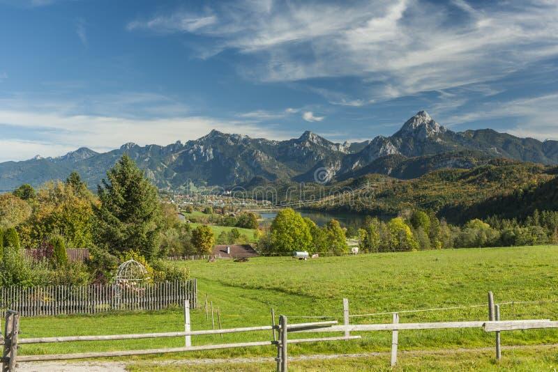 Vue panoramique de la ville de Fuessen images libres de droits